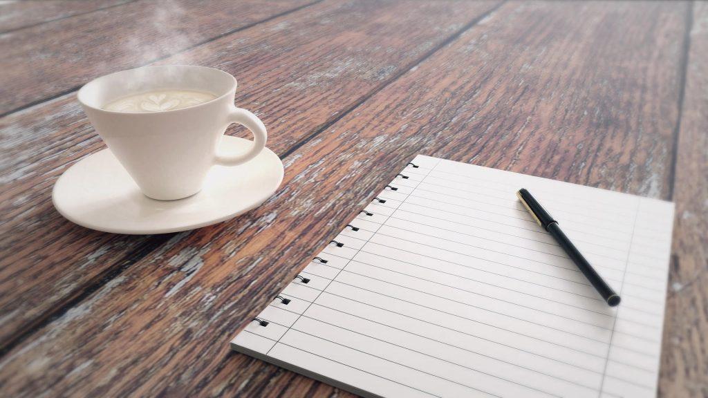 Kahvikuppi tummalla puupöydällä