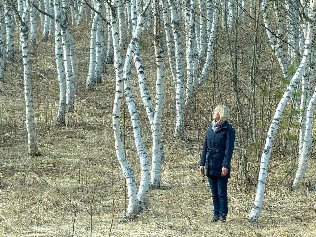 Any-Liisa Rönkä koivumetsässä web