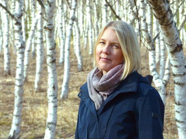 Any-Liisa Rönkä lähikuvassa kera koivujen web