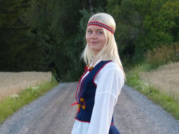 Nuori nainen Suomen kansallispuvussa